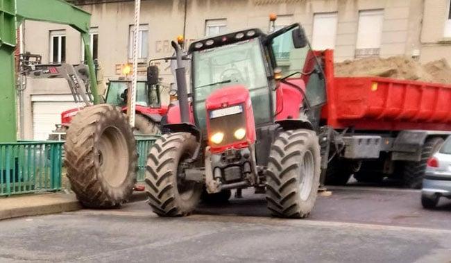Tracteur avec une charge excessive